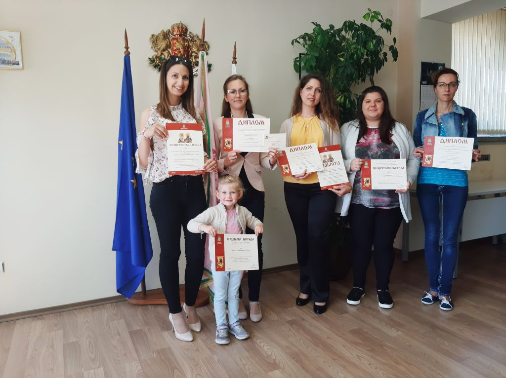 Награждаване на отличилите се в конкурсите, организирани от Община Казанлък по повод честването на 11 май и 24 май. - голяма снимка