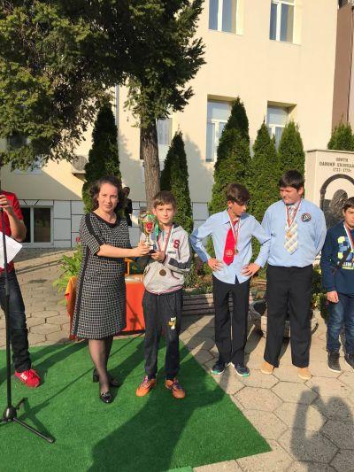 Награждаване на отличените в конкурс, проведен по случай патронния празник на училището. - ОУ Свети Паисий Хилендарски - Казанлък